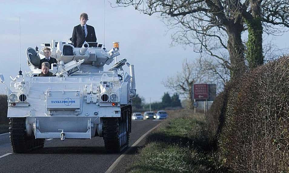 よぉし、父ちゃんがちょっくら学校まで戦車で送ってやるぜ! ..ネタかと思ったらマジだった。