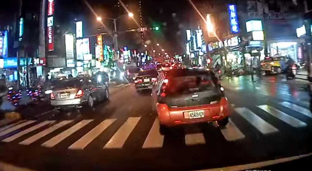 救急車相手に進路妨害 & 故意に急ブレーキ・・・ 台湾DQN車の理解不能な運転