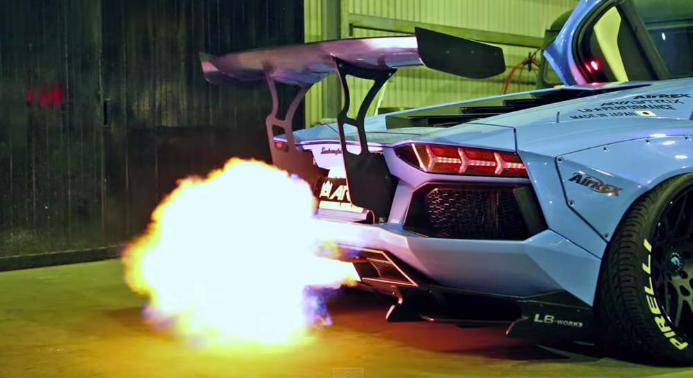 うるせーw ARMYTRIXマフラーを搭載した、バキバキに改造されたLB performance, Liberty walkのランボルギーニアヴェンタドールが火を噴きながら走る映像