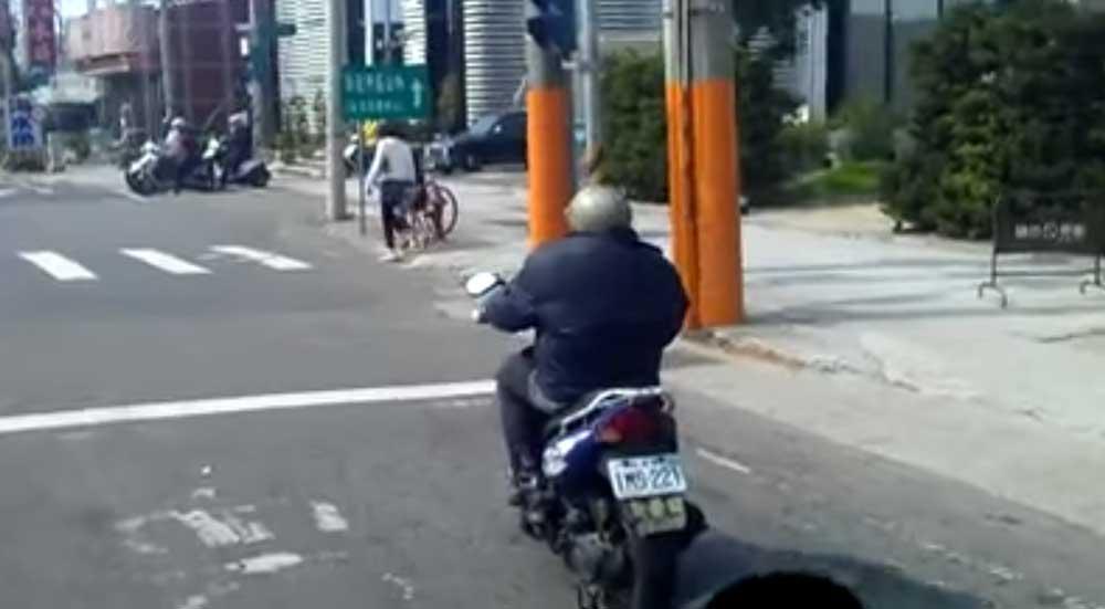 超人的なバランス能力! 台湾のバイクおじさんが停止中に・・。