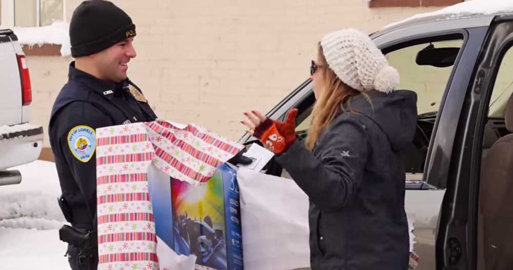 クリスマスサプライズ! 警察から貰った交通違反キップにサインして最悪な気分が一転、なぜか全員満面の笑み!?