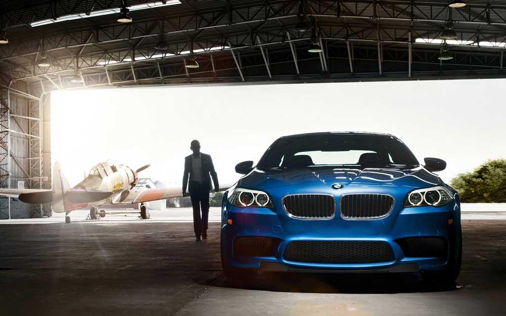 V8マッスルサウンド! 新型BMW M5 (F10)がフル加速
