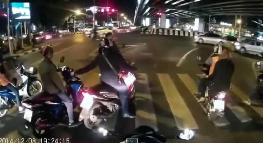 他人のスクーターのスロットルを回してみた → (´・ω・`)