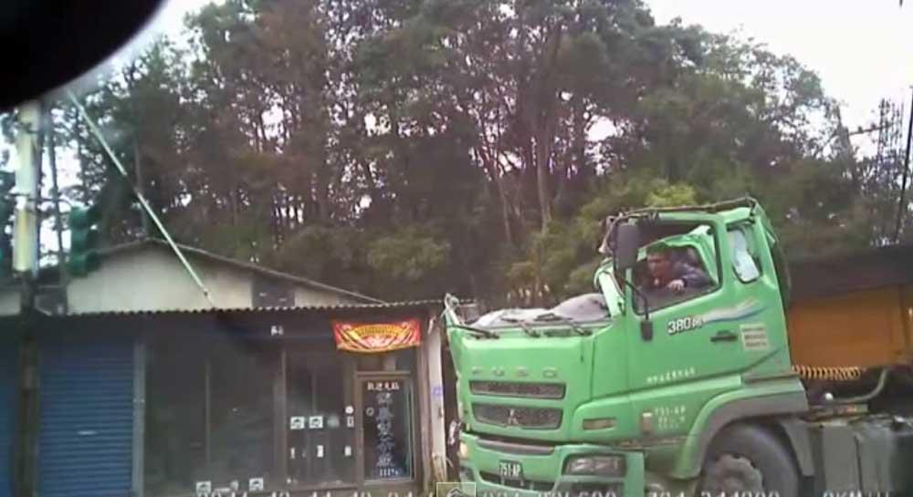 必見! 大型トラックを簡単にオープンカーにする方法