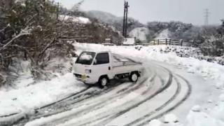 リアルリッジレーサーw 雪道を軽トラで軽快にドリフト