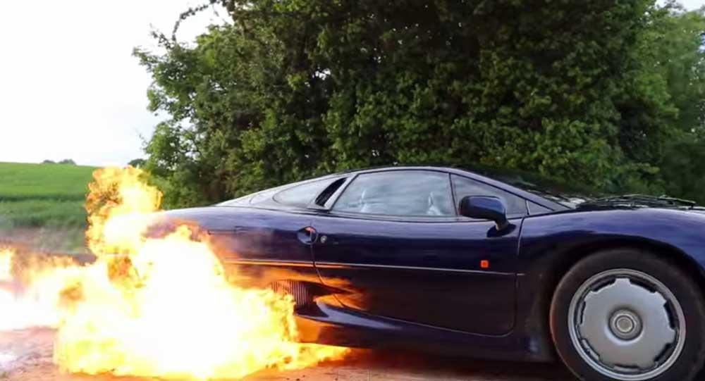 【燃えてる!!w】生産台数350台の貴重なジャガー XJ220で豪快にバーンアウトしてたら火が..