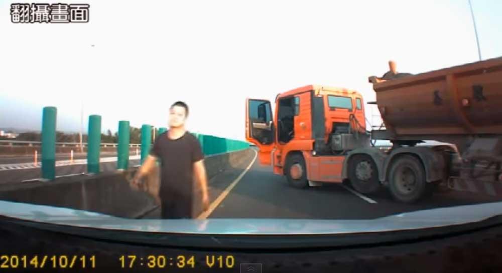 ガチで怖えぇよ・・ 台湾の自動車専用道路走ってたら大型トラックに強制停止させられた