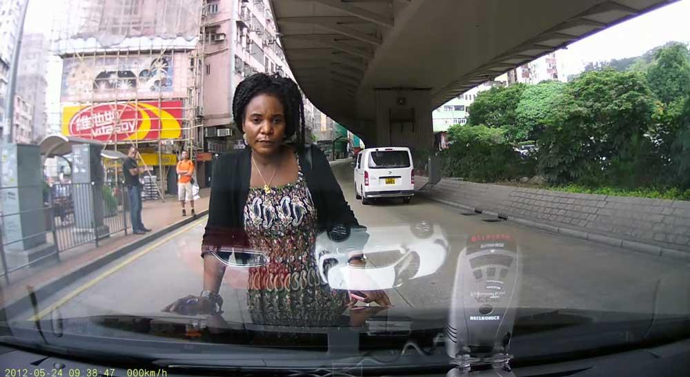 【動画】当たり屋?? どけよ!? 香港でレクサスCT200hを運転中、歩道から突然女性が飛び出してきた… 謎過ぎる行動が理解できない