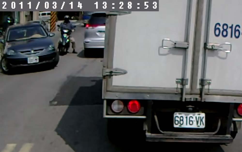 【台湾あるあるw】全く後方確認していない車とバイクが衝突しそうに