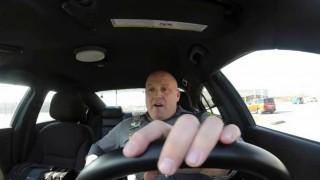 スキンヘッドでノリノリw パトロール中のドラレコを公開されちゃった警察官が世界中で話題に。