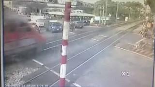 【恐怖】踏切故障で電車とバイクが・・・!