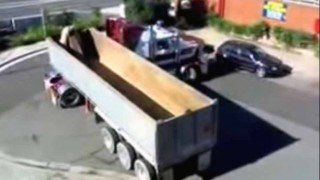 無理ゲーw 行き止まりで絶体絶命な大型トレーラーの神業テクニック