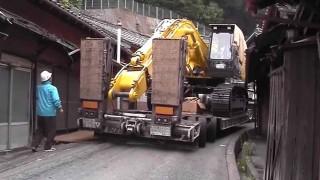 【神業】極狭な道を16輪タイヤの大型トレーラーで駆け抜ける。