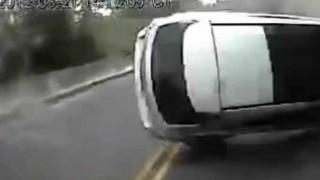 【事故】山道で「追い越しの為のはみ出し禁止」黄色2本線の道路で レクサスRXが逆走&無理な追い越しをして大事故に….