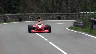 ウホッ良い音♪ イタリアの山道をレーシングカーが駆け抜ける