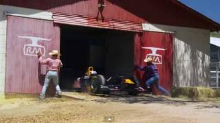 テキサス州で牛の世話してたら納屋からF1マシンが逃げ出したんだが….