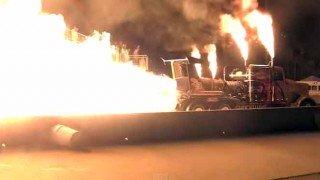 大型トレーラーにジェットエンジンを3基積んでドラッグレースやってみた