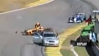 レースの事故車両救出に向かった救急車に後ろから….
