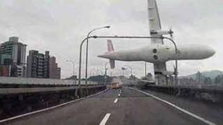 高速道路を走行中に飛行機が降って来たら…