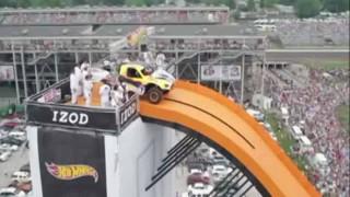 【衝撃】巨大なピックアップトラックで滑り台を滑って大ジャンプしてみた。