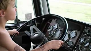 小さな少年が巨大トレーラーを運転してる姿が微笑ましい