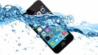 【衝撃】水没したスマホをドライヤーや乾燥剤を使わず 特殊な液体に浸けるだけで、簡単に復活させる画期的な方法が見つかる!