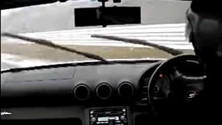 【恐怖】ぶつかる!雨の中、時速170km/hで大スピン! 一瞬の出来事をどう対処する?