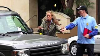 駐車違反の切符を切られてブチ切れるドライバー。張り紙にトンデモナイ秘密が…