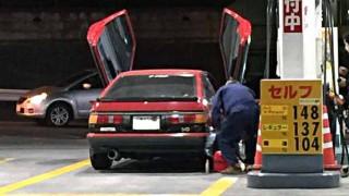 【画像】頭文字Dの藤原拓海もビックリw ガルウィングのトヨタAE86(スプリンター トレノ)が日本のガソリンスタンドで目撃される!?